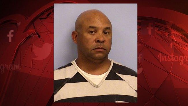 Arrestan y acusan de violación a jefe policial de Texas