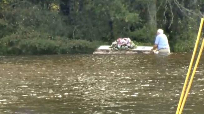 Anciano atrapa ataúd arrastrado por inundación