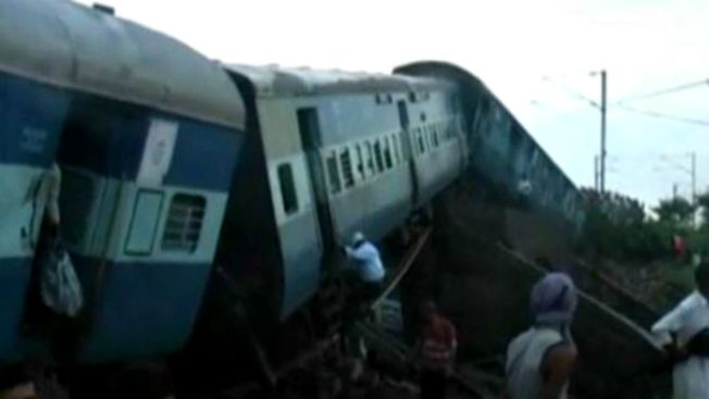 Fatal descarrilamiento de dos trenes en India