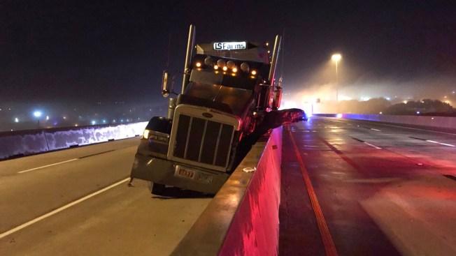 Cierran carretera I-35 en Carrollton tras choque de camiones