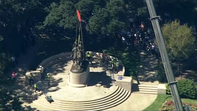 Juez ordena remoción de estatua del General Lee en Dallas