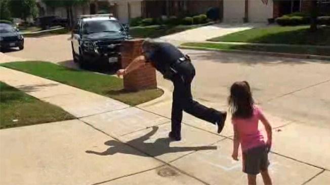 """Policía de Grand Prairie """"juega a la rayuela"""" con una niña"""