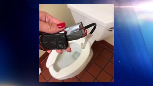 Hallan cámara oculta en baño de un Whataburger en Texas