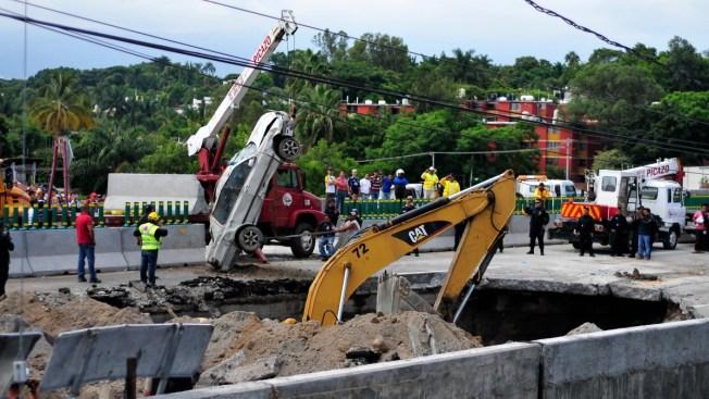 Constructoras culpan a basura y agua de socavón en la carretera