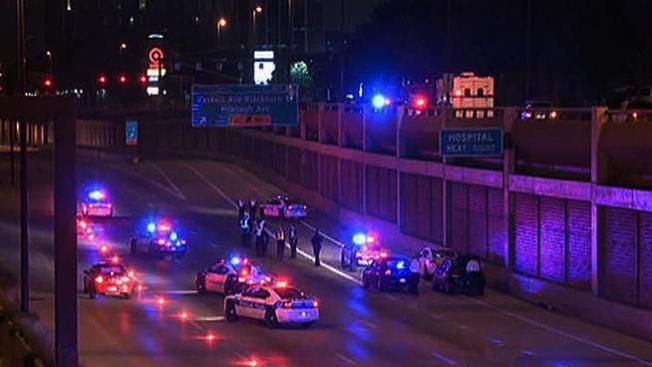 Muere tras saltar a una autopista