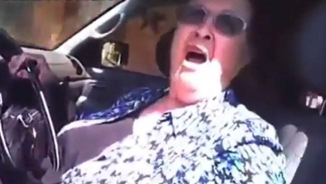 Anciana demanda a oficial que la arrestó
