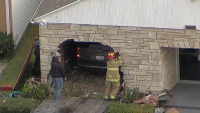 Auto acaba dentro de una iglesia