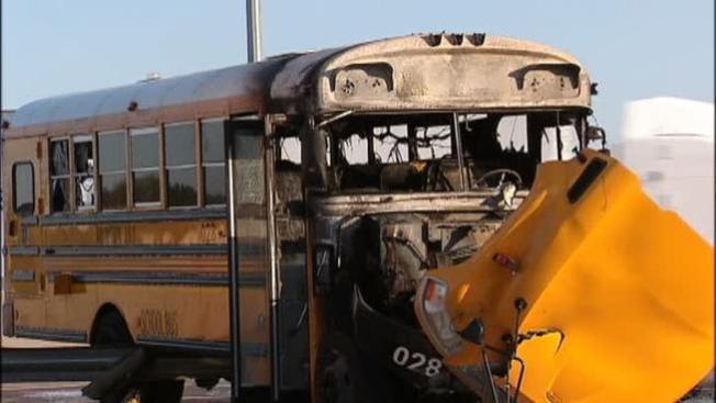 Autobús escolar en llamas