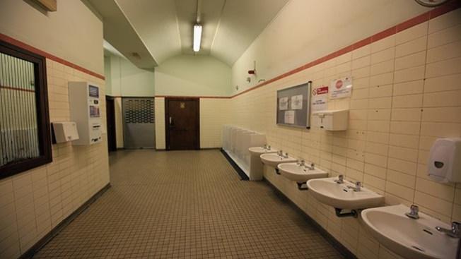 Escuela quita puertas de los baños