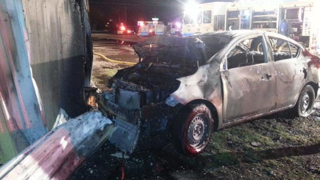 Auto en llamas impacta edificio