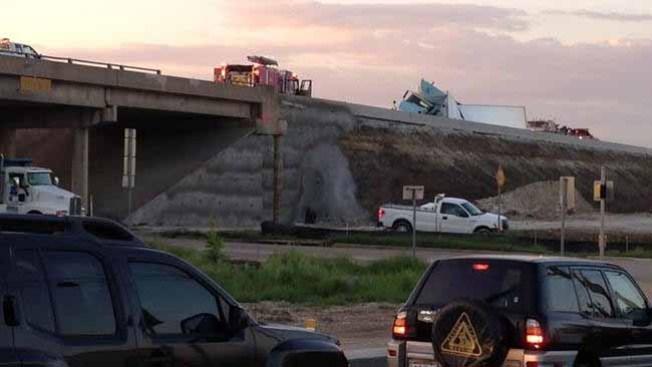 Camión se volcó en la autopista