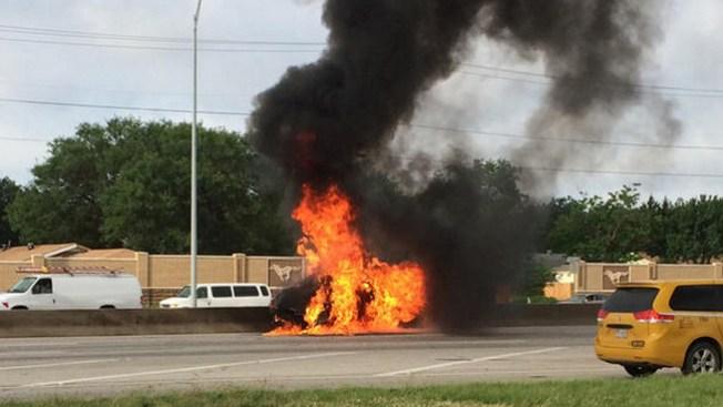 Auto en llamas deja dos heridos