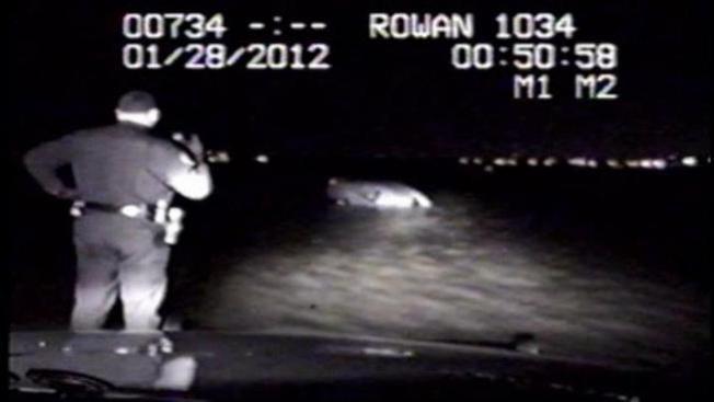 Oficial rescata dos mujeres de morir ahogadas
