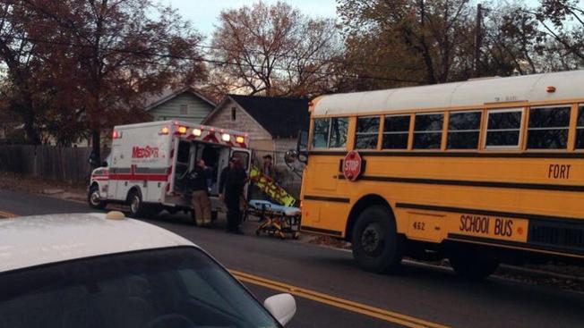Choque entre autobús escolar y auto