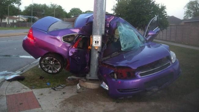 Auto queda incrustado en semáforo