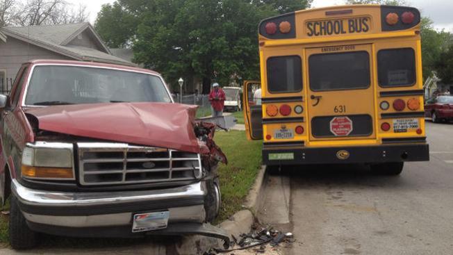 Conductor de bus pierde el sentido y choca