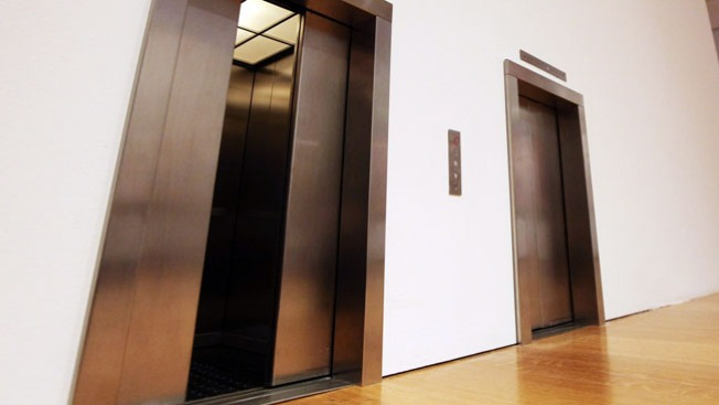 Hispano cae por el hueco del elevador