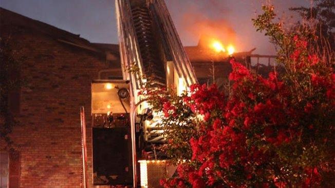 Fuego destruye apartamentos