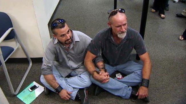 Querían casarse y los arrestaron