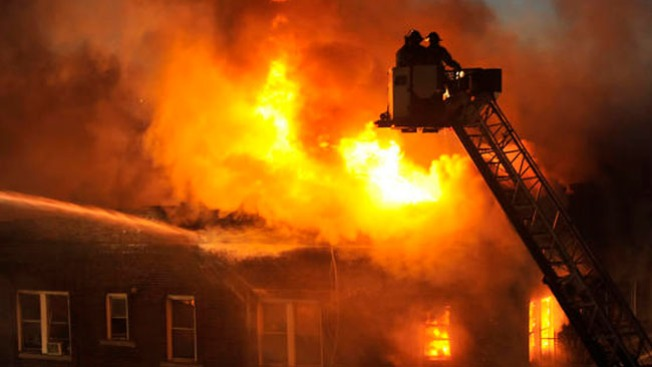 Incendio masivo acaba con departamentos