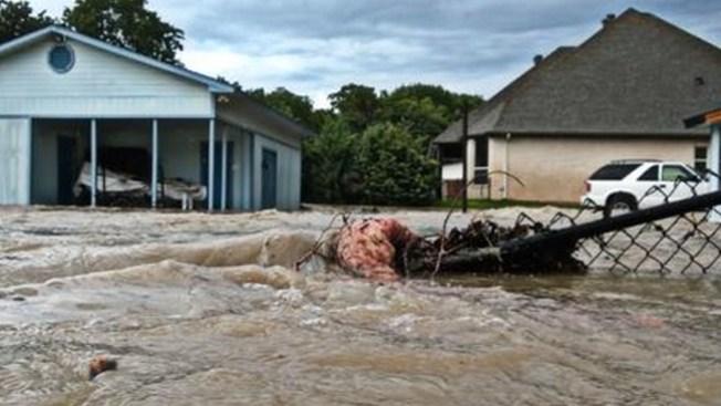 Diluvio obliga a familias a evacuar
