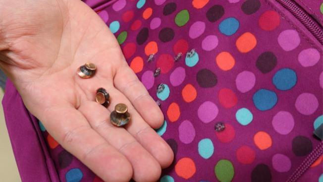 Encuentran balas dentro de mochila