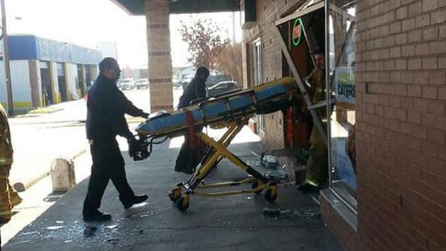 Anciano entra a Subway con todo y auto