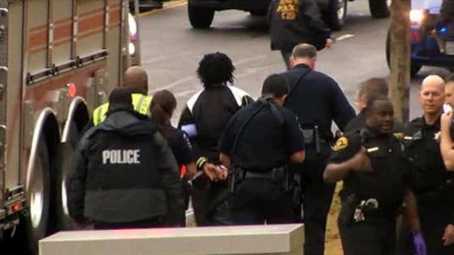 Dos muertos en tiroteo y choques de Arlington