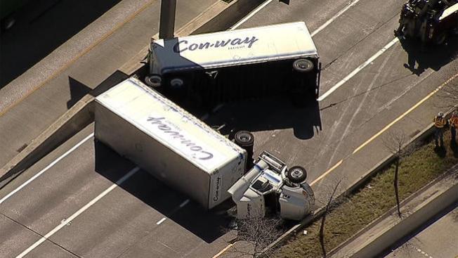 Caos vial por camión volteado