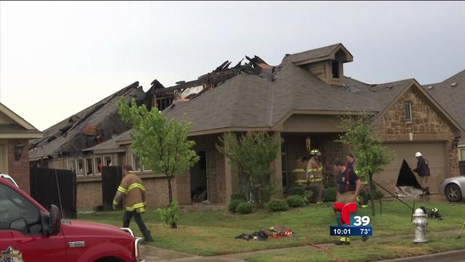Rayos destruyen dos casas en Mansfield