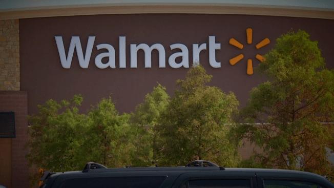 Mujer es víctima de asalto a mano armada en Wal Mart