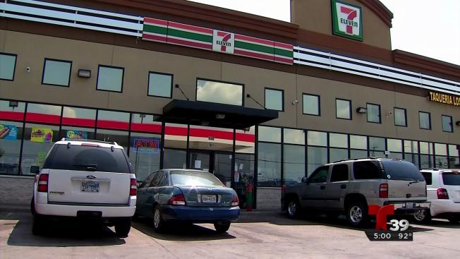 Buscan a sospechosos que robaron auto con niña adentro
