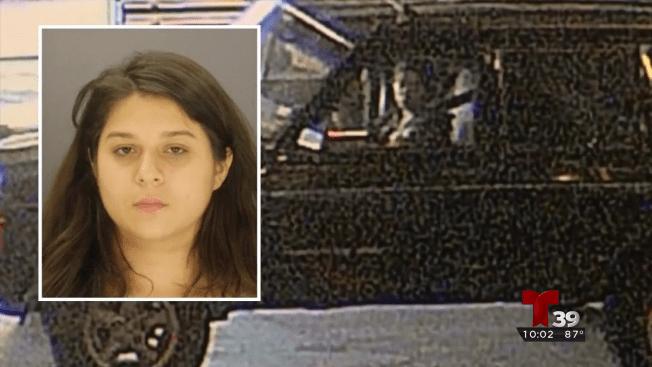 Arrestan a una mujer en conexión a homicidio