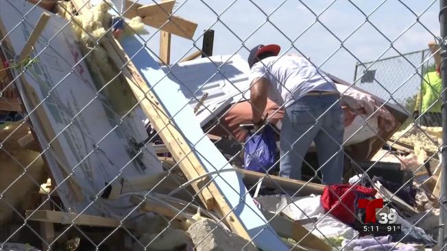 Regresan a buscar pertenencias entre los escombros