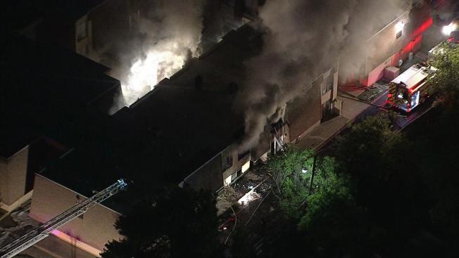 Voraz incendio en apartamentos de Irving