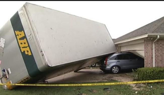 Tornados arrasan con edificios y casas