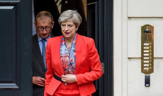 Theresa May pide permiso a la reina Isabel para formar gobierno