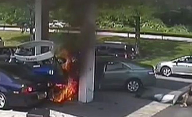 Explota surtidor tras impacto de auto
