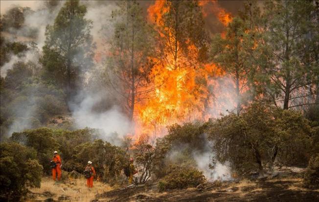 Miles de evacuados por incendios en California
