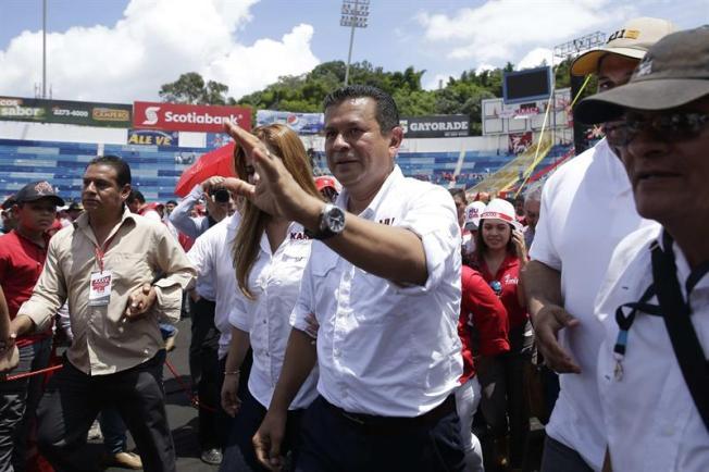 El Salvador: FMLN proclama oficialmente candidato presidencial al excanciller Hugo Martínez