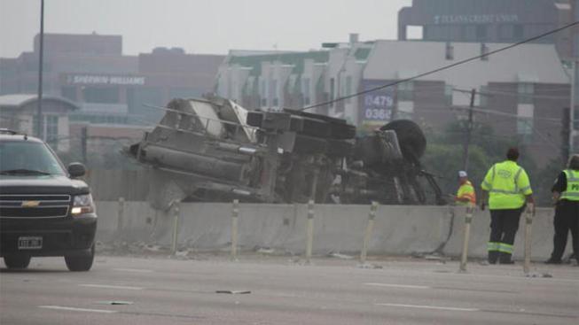 Camión volteado causa tremendo tráfico
