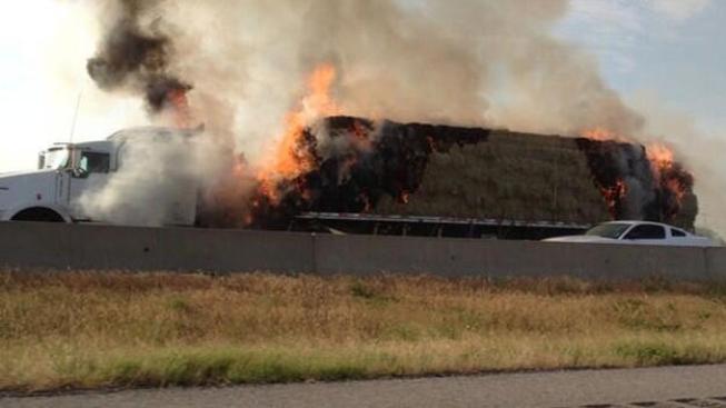 Camión con paja se prende en llamas