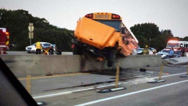 Autobús escolar choca en la I-635