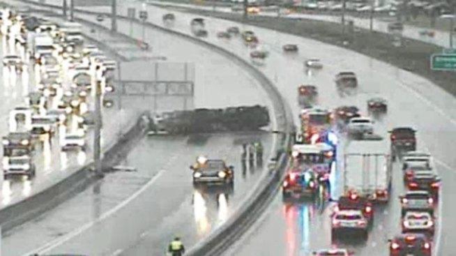 Carrollton: Volcadura de camión causa cierre sobre I-35E