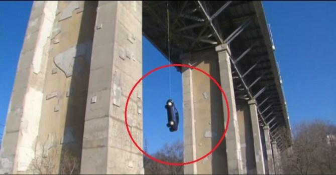 [TLMD - NATL] Misterio: cómo un auto quemado apareció colgando de un puente