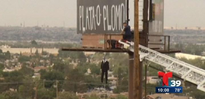 Video: Aterroriza letrero con maniquí ahorcado